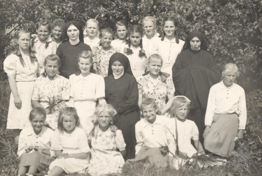 Zalesin, rok 1950. Po procesji Bożego Ciała.