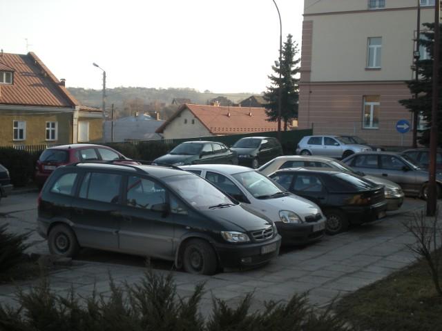Przy bocheńskim szpitalu próżno w ciągu dnia szukać wolnego miejsca dla samochodu