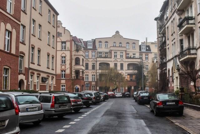 Zabudowa ul. Skrytej została zapoczątkowana na początku XX w. przez tzw. Zespół Mieszkaniowy. Dziś ulica jest bardzo gęsto zaludniona, a mieszkańcy mają problem z parkowaniem.
