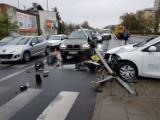 Wypadek na ul. Bema w Toruniu. Samochód osobowy uderzył w słupy sygnalizatora [ZDJĘCIA]