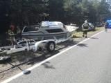 Samochód i... łódź w rowie na DK10 pod Bydgoszczą [zdjęcia]