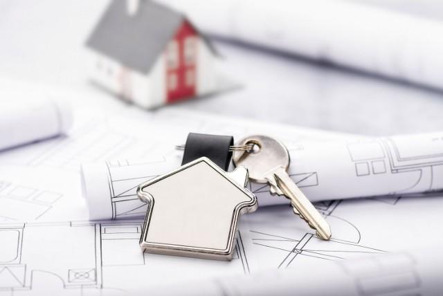 Przed przystąpieniem do odbioru domu inwestor powinien zgromadzić wymaganą dokumentację, co trwa zwykle kilka miesięcy. To, jakie dokładnie dokumenty będą potrzebne, zależy od konkretnej inwestycji – żeby to ustalić, należy skonsultować się z urzędnikami oraz kierownikiem budowy.  Najczęściej wymagane dokumenty to: prawidłowo wypełniony dziennik budowy (z wpisem o zakończeniu budowy), oświadczenia wystawiane przez kierownika budowy (o zgodności wykonanych robót z projektem budowlanym, o zgodności robót z pozwoleniem na budowę i o doprowadzeniu placu budowy do porządku), projekt techniczny budynku, kopia świadectwa charakterystyki energetycznej budynku, geodezyjna inwentaryzacja powykonawcza oraz wszystkie protokoły z odbiorów oraz badań (m.in. instalacji wodnej, gazowej i elektrycznej).