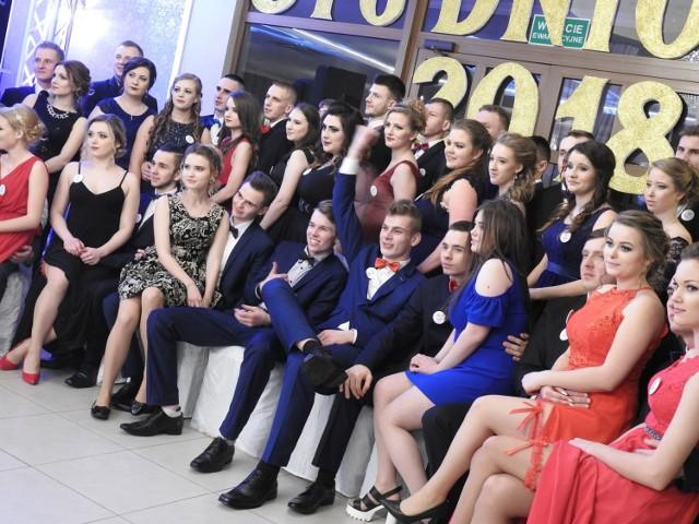 Zobacz zdjęcia z balu studniówkowego uczniów Zespołu Szkół nr 4 w Bielsku Podlaskim.