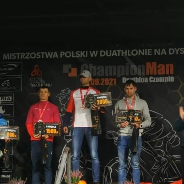 Duathlon w Czempiniu okazał się bardzo udany dla sierakowskiego zawodnika, który zajął w nim pierwsze miejsce w kategorii PRO U23M i trzecie w kategorii OPEN!