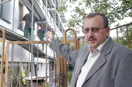 Podinspektor Dariusz Sapich, komendant komisariatu, przed remontowanym budynkiem.