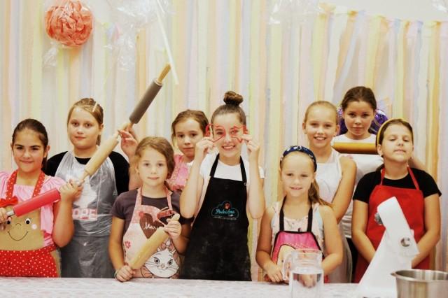 Podczas zajęć Jagoda Łaganowska, zwyciężczyni 6. edycji Master Chef Junior, uczyła swoich rówieśników pieczenia kruchych ciasteczek