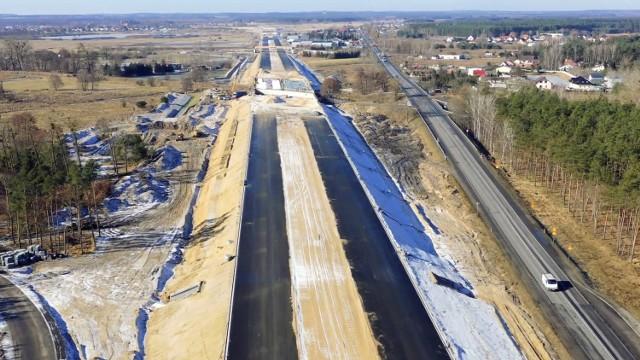 W połowie marca ruszył sezon inwestycyjny na polskich drogach. Prace przyspieszyły również na odcinku drogi ekspresowej S5 od Białych Błot pod Bydgoszczą, do Szubina (9,7 km). Będzie on w całości przejezdny do końca bieżącego roku. Wartość kontraktu, który realizuje konsorcjum Kobylarnia SA, Mirbud SA, opiewa na 359,4 mln zł. Zobacz zdjęcia w galerii.