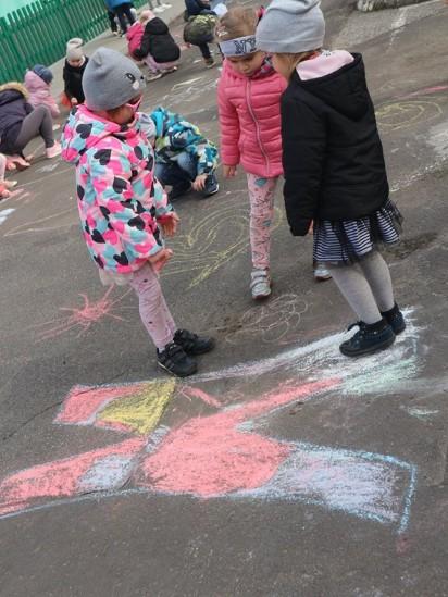 Przedszkolaki kochają swoje miasto i rysują dla Wrześni wielką laurkę