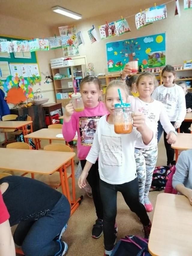 """Uczniowie klas 0-III po raz ósmy przystąpili do ogólnopolskiej akcji """"Śniadanie daje moc"""". Wychowawcy z dziećmi rozmawiali na temat zasad zdrowego odżywiania oraz znaczenia ruchu w życiu człowieka. Następnie milusińscy przystąpili do przyrządzania pysznych i zdrowych kefirów, kanapek i sałatek, które później zjadły ze smakiem."""