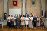 16 pracowników Urzędu Miejskiego w Przemyślu wyróżnionych medalami Za Długoletnią Służbę [ZDJĘCIA]
