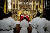 Święcenia diakonatu. Na Wawelu abp. Marek Jędraszewski wyświęcił ośmiu nowych diakonów [ZDJĘCIA]