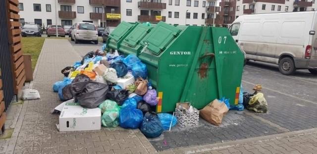 Mieszkańcy Osiedla JAR chcą zmienić zarządcę. Nie ma z nim kontaktu, a wokół bloku rośnie góra śmieci. W czwartek, 25 czerwca, mieszkańcy zwołali zebranie, na którym pojawiło się ponad 50 osób.   WIĘCEJ NA KOLEJNYCH STRONACH>>>