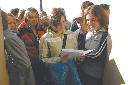 Paulina Warcholińska i Patrycja Niedbała na starcie biegu zapoznaja sie z mapą trasy.