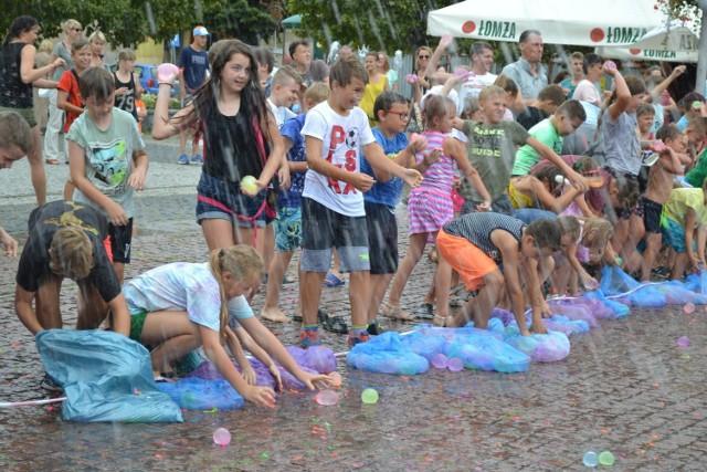 Na rynku w Czeladzi odbyła się wielka bitwa na balony z wodą