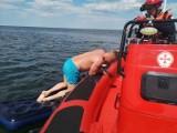 W Kołobrzegu położył się na materacu, zdrzemnął i popłynął. Na pomoc ruszyli ratownicy
