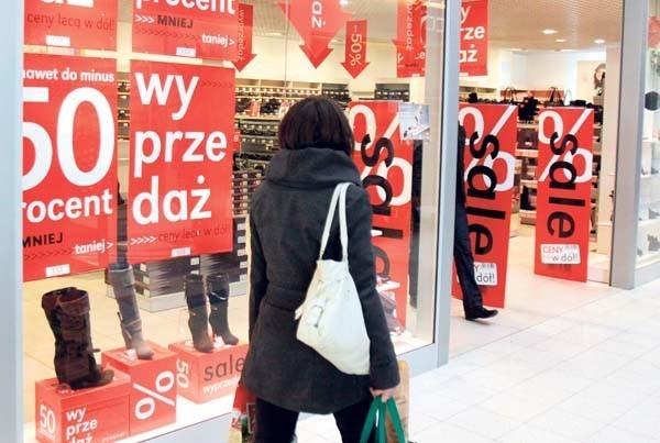 Na polskich wyprzedażach obniżki sięgają 50 proc., w USA nawet 80 proc.