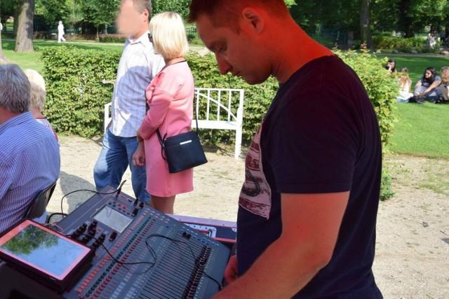 Łukasz Matyjasek prowadzi agencję artystyczną  Luke Sound. Jest także radnym.