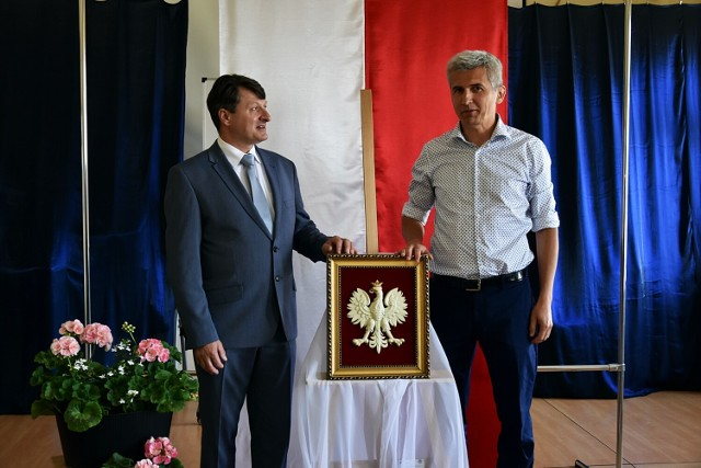 Jan Drożdż (po lewej), dyrektor Liceum im. M. Kromera w Gorlicach oraz Piotr Capała prezentują odzykane po 82 latach godło