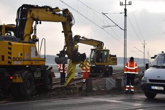 Prace przy wymianie starych drewnianych podkładów kolejowych trwała na przejeździe kolejowym w Cieszkowie kilka godzin. Ruch był w tym miejscu utrudniony i kierowany przez robotników