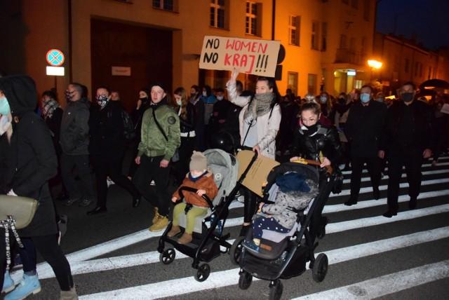 Mieszkańcy spotkali się na Placu Wolności w Mogilnie. Zapalili znicze przed biurem poselskim Ewy Kozneckiej z PiS. Przemaszerowali ulicami miasta. Skandowali antyrządowe hasła.