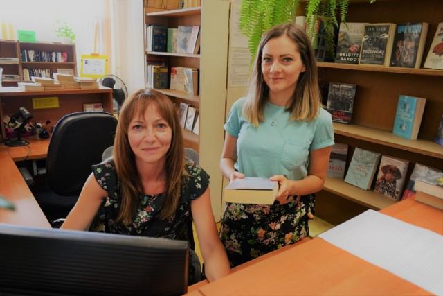 Większość filmików na bibliotecznego TikToka tworzą Hanna Korczak-Antoniak i Magdalena Majda z Filii nr 7.   Zobacz kolejne zdjęcia. Przesuń w prawo - wciśnij strzałkę lub przycisk NASTĘPNE