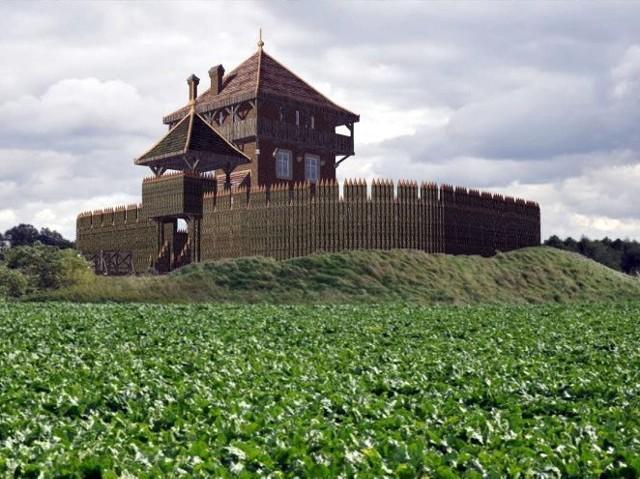 -Gród powstaje w odległości kilku kilometrów od przypuszczalnej siedziby Ligęzów. Inna lokalizacja powoduje, że nie może być nazywany rekonstrukcją, lecz repliką. W efekcie nie mamy szans na unijne fundusze - opowiada Wojciech Maniak. W oryginalnej lokacji gród nie może powstać, bo płynie tam Dunajec. Pocztu z Wieżycy, jak przystało na ludzi żyjących według kodeksu rycerskiego, nie odstraszają trudności w pozyskiwaniu finansów czy bagnisty teren, na którym jest odtwarzana siedziba Ligęzów.