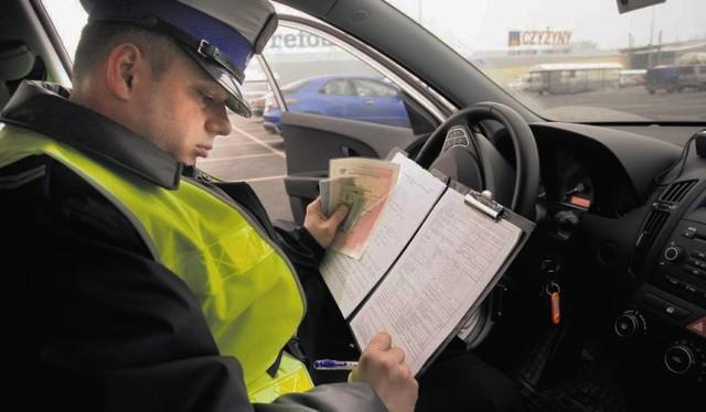 Przedstawiamy taryfikator mandatów karnych w 2019 r. Jeśli jesteś kierowcą, sprawdź aktualny spis mandatów na 2019 rok.  Ceny mandatów stale wzrastają. Dowiedz się, na co musisz uważać, żeby uniknąć wysokiej kary! Kliknij w kolejne zdjęcia...