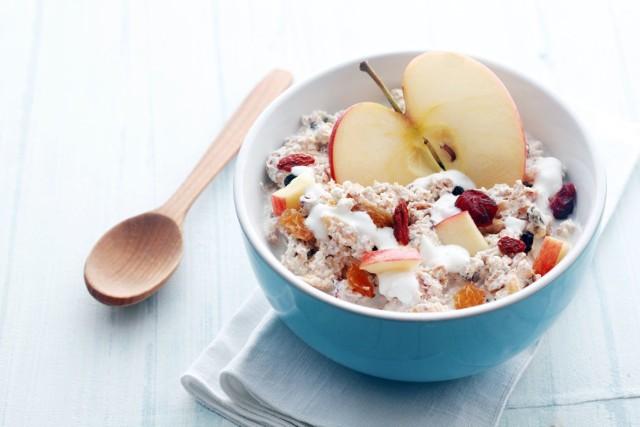 Zdrowe śniadanie wbrew pozorom, nie jest trudne do wykonania. Nie potrzeba do jego przygotowania nawet wymyślnych składników. Im prościej, tym lepiej i zdrowiej! Sprawdź 8 propozycji na zdrowe śniadanie z niczego!