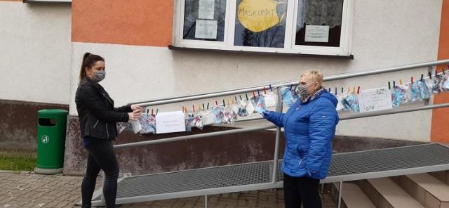 Wczoraj, 29 kwietnia sprzed Gminnego Ośrodka Kultury w Osieku mieszkańcy gminy mogli wziąć po jednej bezpłatnej maseczce wielokrotnego użytku. Zainteresowanie było duże, bo w godzinę odebrali 100 maseczek. Szyją je pracownice Gminnego Ośrodka Kultury w Osieku oraz Gminnej Biblioteki Publicznej w Osieku. Kolejne rozdanie maseczek mieszkańcom zorganizowane zostanie we wtorek, 5 maja o g. 10 także przed GOK-iem. Przypomnijmy, że podobny maskomat pojawił się już wcześniej w Jabłonowie Pomorskim.