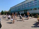 Zakończenie roku szkolnego w Publicznej Szkole Podstawowej numer 5 w Ostrowcu Świętokrzyskim. Na placu przed szkołą [ZDJĘCIA]