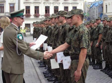 Kapitan Piotr Patla, komendant śląskich pograniczników, osobiście wręczał świeżo upieczonym funkcjonariuszom świadectwa ukończenia szkolenia.