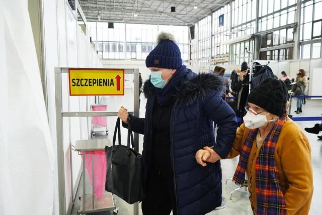 Adam Niedzielski: Dwie dawki szczepionki otrzymało 929 tys. osób. W poniedziałek do Polski ma dotrzeć 380 tys. szczepionek firmy Pfizer