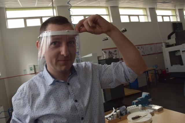 Sebastian Pieńkowski prezentuje gotową przyłbicę ochronną