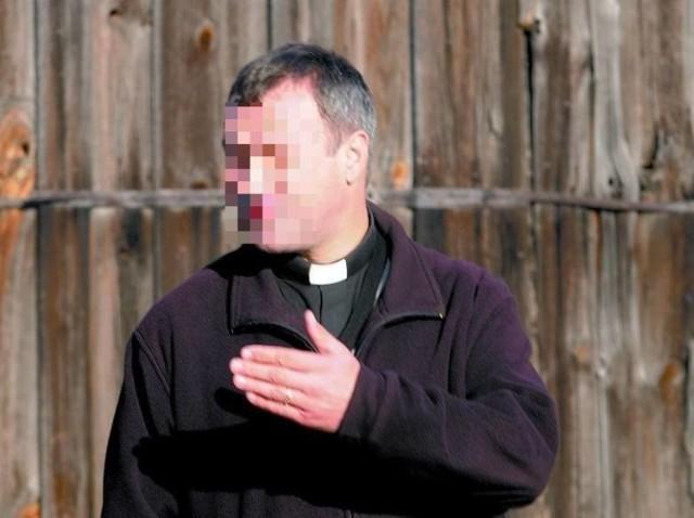 """Przypomnijmy, że kierowanie gróźb karalnych to przestępstwo ścigane nie z urzędu, ale po zgłoszeniu osób poszkodowanych. W tym przypadku takimi są i zawiadomienie złożyli funkcjonariusze policji, którzy pod koniec października interweniowali wobec księdza Piotra S. Wtedy, gdy kapłan wyszedł przed budynek plebanii w Czernikowie do protestujących przeciwko zaostrzeniu prawa aborcyjnego i dzierżył w rękach broń palną. O kobietach mówił podniesionym głosem, że """"powystrzelałby je wszystkie"""". Agresywny wobec policjantów był na tyle, że ci odbezpieczyli swoją broń służbową.  Przestępstwo zarzucane księdzu Piotrowi S. zagrożone jest karą do 2 lat więzienia. Kiedy za nie odpowie? By tak się stało, prokuratura musi zakończyć śledztwo aktem oskarżenia i skierować go do sądu."""