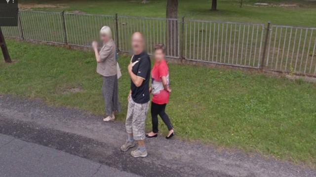 """Mieszkańcy Krosna Odrzańskiego """"złapani"""" przez kamerę Google Street View."""