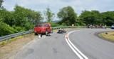 Wypadek w Króliku Polskim. Zderzenie toyoty z motocyklem. Ranny kierowca jednośladu i jego pasażerka [ZDJĘCIA]