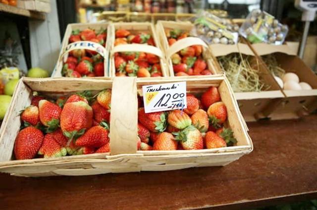Tak wyglądają obecnie (4 czerwca) ceny na targowisku w Katowicach.   Zobacz kolejne zdjęcia. Przesuwaj zdjęcia w prawo - naciśnij strzałkę lub przycisk NASTĘPNE