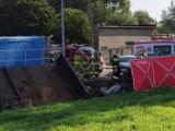 Pleszew. Śmiertelny wypadek na przejeździe kolejowym na ulicy Lipowej w Pleszewie. Kierowca samochodu wjechał pod pociąg [ZDJĘCIA]