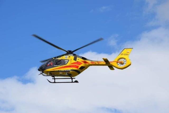 Nieprzytomny 60-latek z urazem głowy został zabrany do szpitala przez śmigłowiec Lotniczego Pogotowia Ratunkowego