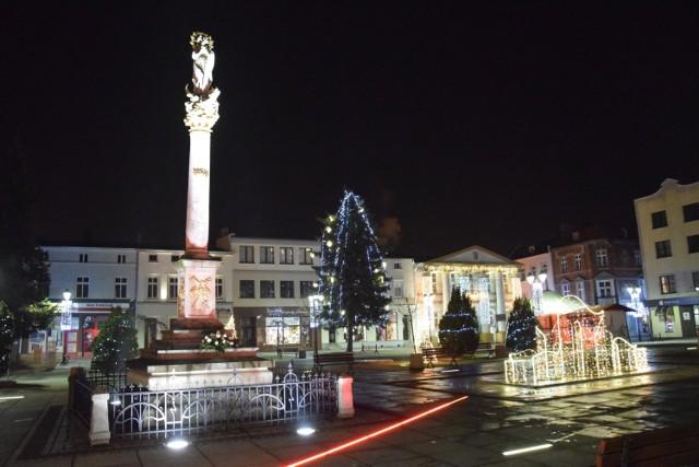 Fantazyjne konstrukcje świetlne na fontannach, świetlisty anioł, wielka choinka, kurtyny świateł na zabytkowym ratuszu i przyległych do rynku uliczkach - zobacz, jak wygląda świąteczna iluminacja Olesna.