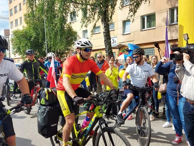 Tomasz Dzierga po niecałych 3 miesiącach od zakończenia ponad 3-tysięcznej wyprawy na rowerze postawił sobie kolejny cel. Tym razem pokona 3725 kilometrów, by pomóc 12-letniej Zosi. Kim jest dziewczynka?