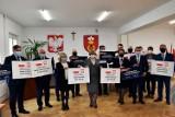 Posłanka i wicewojewoda wręczyli symboliczne czeki na rządowe dofinansowania inwestycji w powiecie