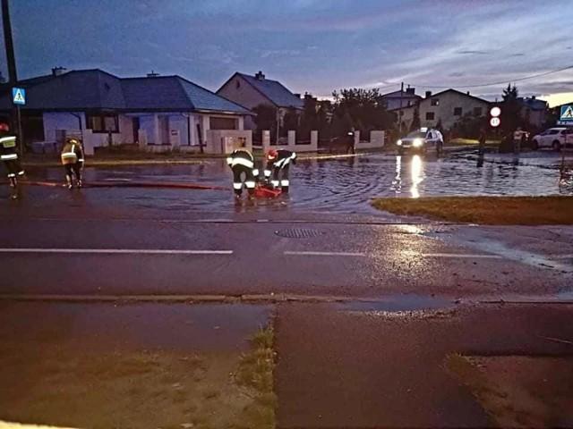 Ulica Iłżecka - jedna z wielu zalanych w Ostrowcu ulic po poniedziałkowej burzy