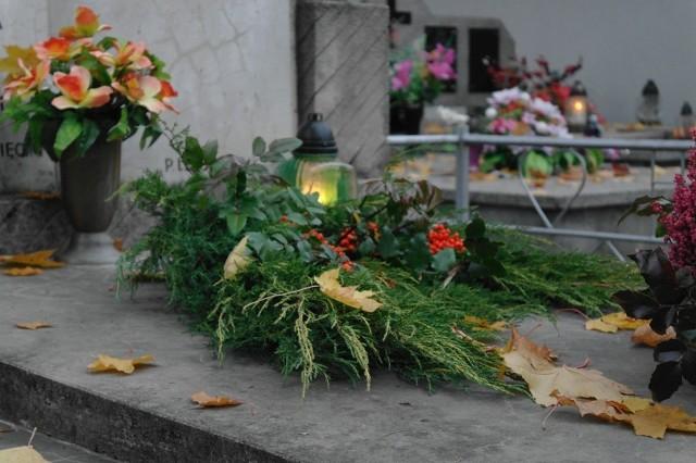 Biłgoraj: Spalili wieńce i zniszczyli nagrobki na cmentarzu. Policja szuka wandali