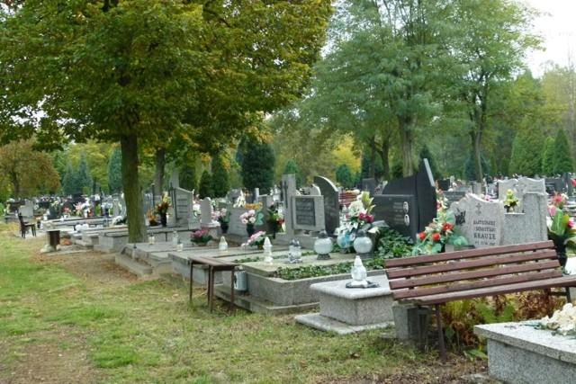 Jest pomysł, by na miejskim cmentarzu w Zduńskiej Woli pojawiły się stojaki na zużyte znicze