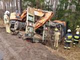 Wypadek koło Babilonu. Przewrócił się samochód ciężarowy przewożący koparkę. Zablokowana droga wojewódzka 212 Chojnice - Bytów