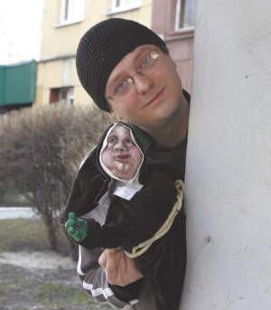 Bartosz Socha chciałby wzorem dawnych lalkarzy występować na ulicy. Na razie  występuje na scenie w swoim mieszkaniu.