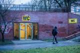 Biura posłów PiS z Bydgoszczy zmienione na toalety publiczne. Akcja internautów w całej Polsce! [zdjęcia]