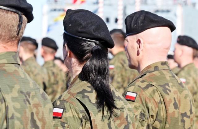 Dziś Święto Wojska Polskiego. Choć służba w wojsku kojarzy się bardziej z mężczyznami, to nie brakuje tam również kobiet. Gdzie pracują kobiety w wojsku? Zobaczcie najnowsze dane!  Najnowsze dane w tej sprawie zobaczysz na kolejnych stronach --->