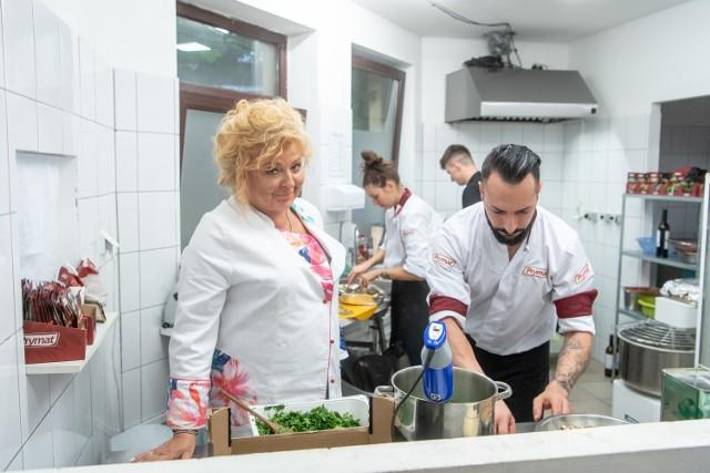 """Już dziś (21.11) o 21.30 odbędzie się emisja odcinka """"Kuchennych rewolucji"""", w którym Magda Gessler pomagała stosunkowo nowej toruńskiej restauracji Osteria Di Bitondo, która przed rewolucjami nazywała się Prova Gourmet. Co wydarzy się w najbliższym odcinku? Jak zmieniła się restauracja?  Czytaj więcej na kolejnych stronach >>>>"""